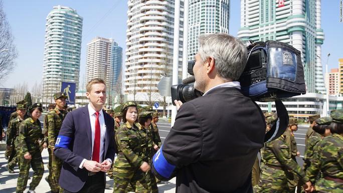 Các phóng viên nước ngoài, đeo băng vải xanh ở tay, tham dự sự kiện. Ảnh: CNN