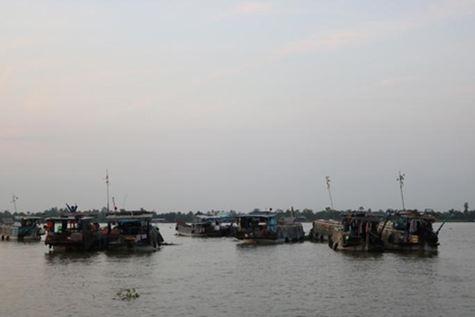 Chợ nổi Cái Bè hiện có ít ghe thuyền đến buôn bán.