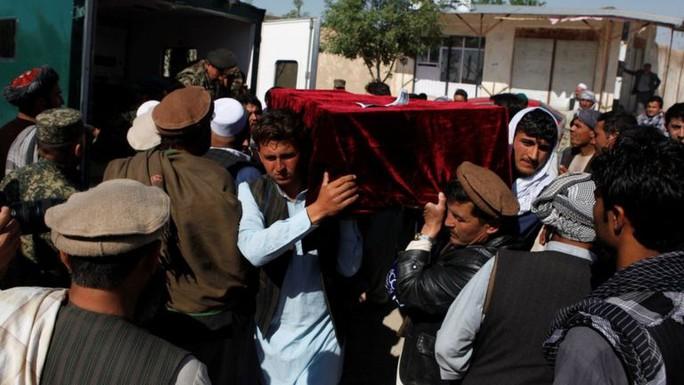 Thân nhân mang quan tài của một trong những nạn nhân thiệt mạng trong vụ tấn công căn cứ quân sự ở Mazar-i-Sharif. Ảnh: REUTERS