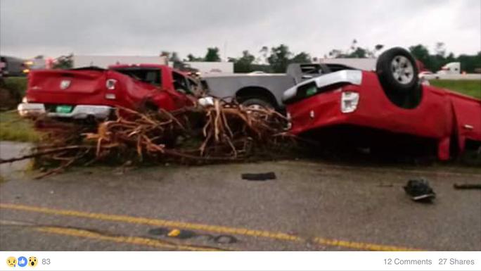 Xe bị bão thổi lật úp ở TP Canton, bang Texas. Ảnh: Twitter