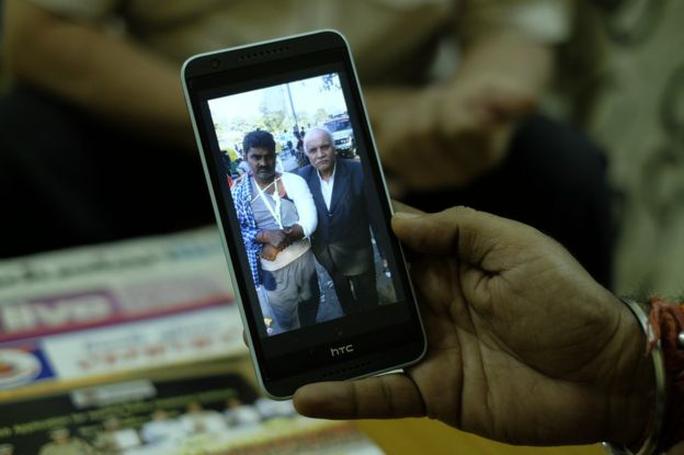 Ông Vaid vẫn lưu giữ hình ảnh những người mà ông từng giúp đỡ trên điện thoại. Ảnh: BBC
