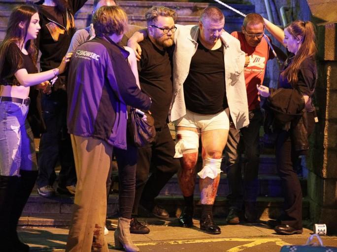 Anh: Nổ lớn nghi do khủng bố, 81 người thương vong - Ảnh 3.