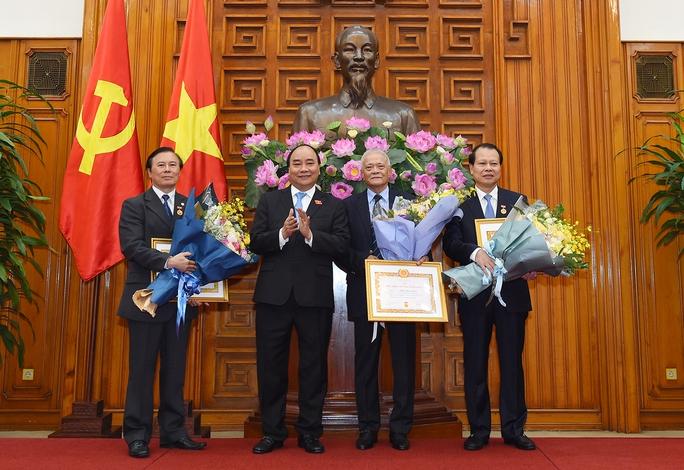 Trao Huy hiệu 50 năm tuổi Đảng cho nguyên Thủ tướng Nguyễn Tấn Dũng - Ảnh 3.