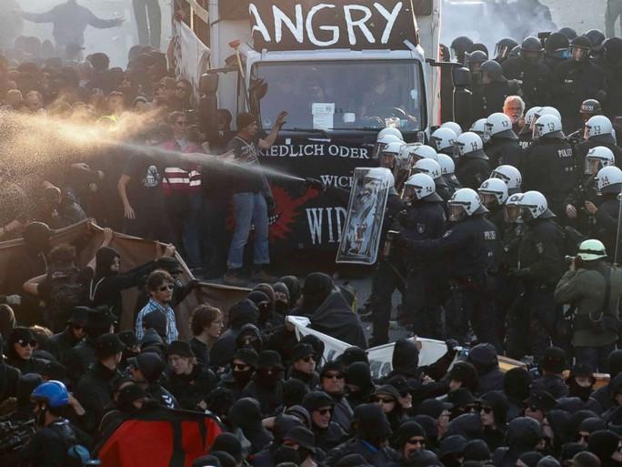 Đụng độ bạo lực phản đối G20 tại Đức, 76 cảnh sát bị thương - Ảnh 3.
