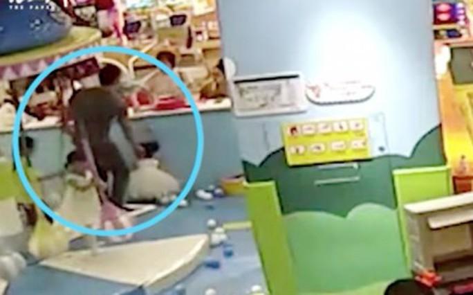 Trung Quốc: Cha lấy chổi siêu thị đánh con gái - Ảnh 3.