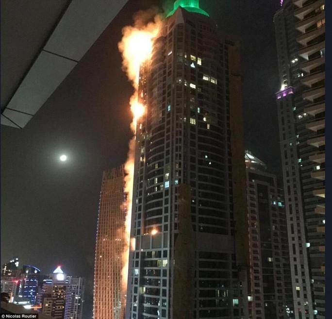 Cháy lớn nhấn chìm 40 tầng của tòa tháp Dubai trong biển lửa - Ảnh 3.