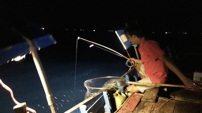 Nín thở theo bạn thuyền săn mực trên biển miền Trung - Ảnh 1.