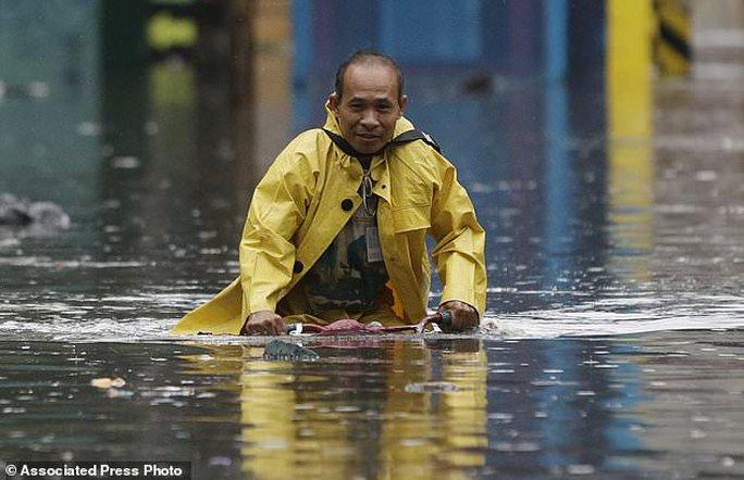 Bão vừa đổ bộ, người dân Philippines ngụp lặn trong nước lũ - Ảnh 3.