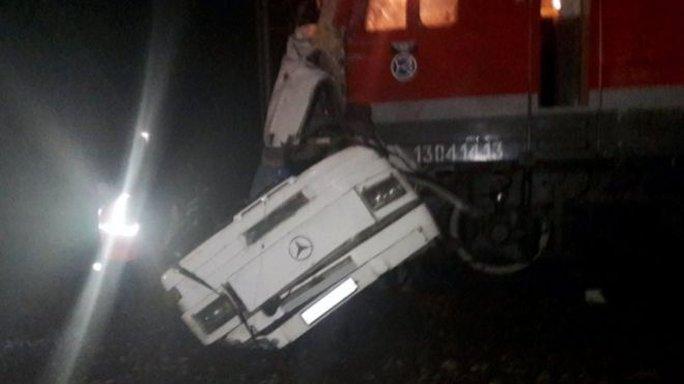 """Nga: Tàu lửa """"xé toạc"""" xe buýt, 19 người chết - Ảnh 2."""