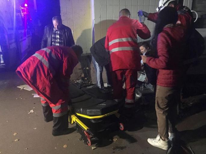 Nhân viên y tế giúp đỡ người bị thương tại hiện trường. Ảnh: Reuters