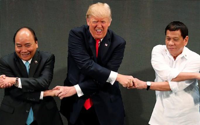 Tổng thống Mỹ Donald Trump lúng túng khi bắt tay chéo - Ảnh 3.
