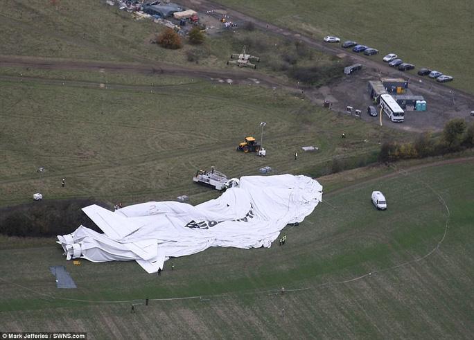 Máy bay lớn nhất thế giới gặp sự cố ở Anh - Ảnh 3.