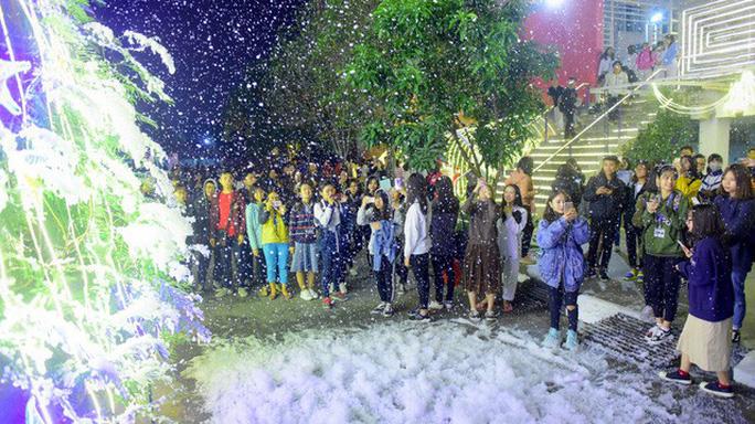 Bạn trẻ thích thú với tuyết rơi giữa Hà Nội - Ảnh 3.