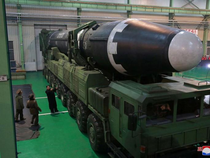 Triều Tiên khoe ảnh ông Kim Jong-un vui mừng theo dõi tên lửa - Ảnh 6.