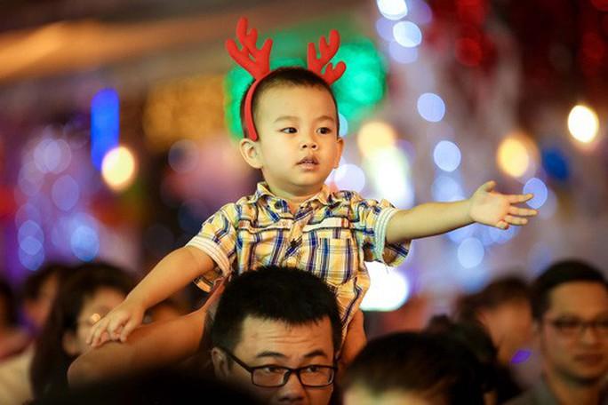 Sài Gòn rực rỡ trong biển người đêm Giáng sinh - Ảnh 12.