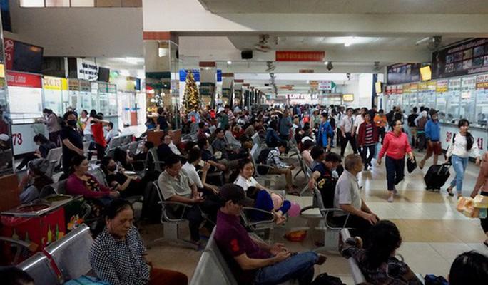 Người dân ùn ùn rời Sài Gòn, về quê nghỉ Tết Dương lịch - Ảnh 3.