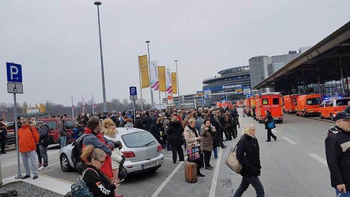 Hành khách được sơ tán đến bãi đậu xe. Ảnh: Twitter