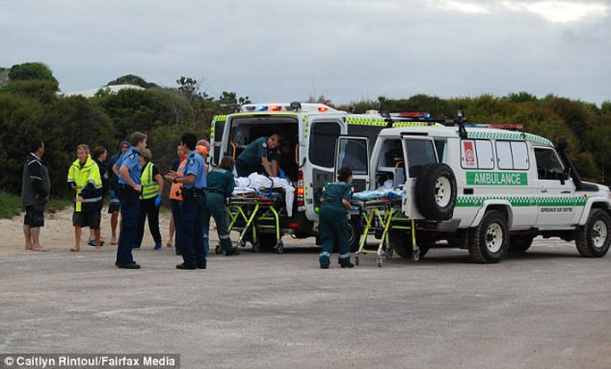 Nạn nhân được đưa đi cấp cứu. Ảnh: Fairfax Media