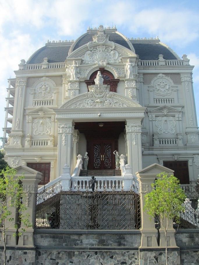Mặt tiền của ngôi nhà được thiết kế khá tỉ mỉ