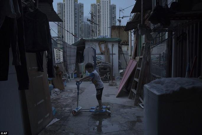 """Dễ sợ """"nhà hòm"""" ở Hồng Kông - Ảnh 4."""