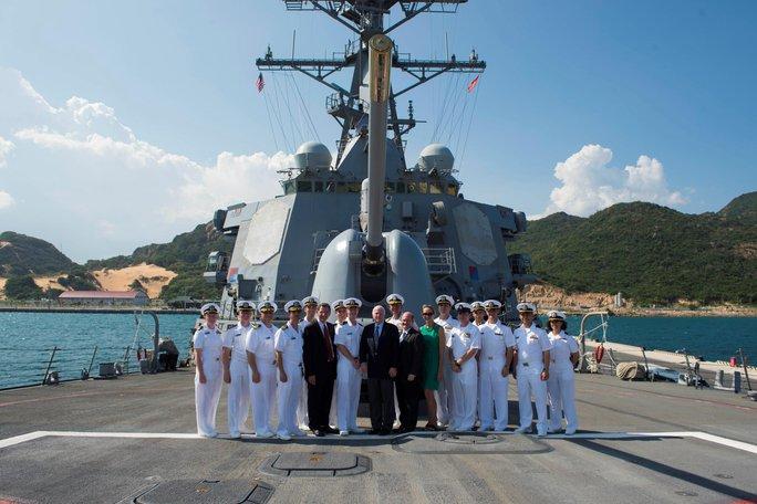 Thượng nghị sĩ John McCain thăm tàu khu trục Mỹ tại Cam Ranh - Ảnh 3.