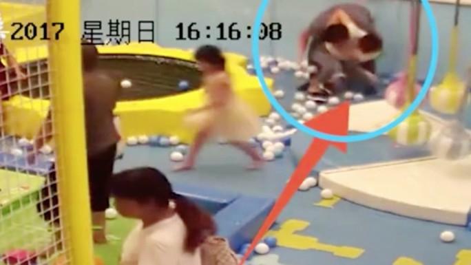 Trung Quốc: Cha lấy chổi siêu thị đánh con gái - Ảnh 4.