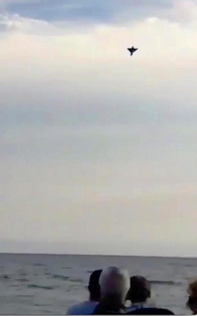 Hàng ngàn người sững sờ nhìn máy bay lao xuống biển - Ảnh 4.