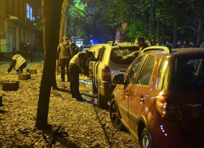 Nhân viên điều tra tại hiện trường. Ảnh: Reuters