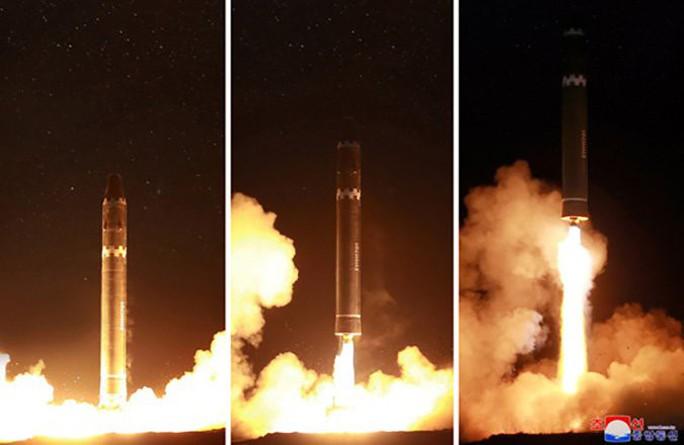 Triều Tiên khoe ảnh ông Kim Jong-un vui mừng theo dõi tên lửa - Ảnh 7.