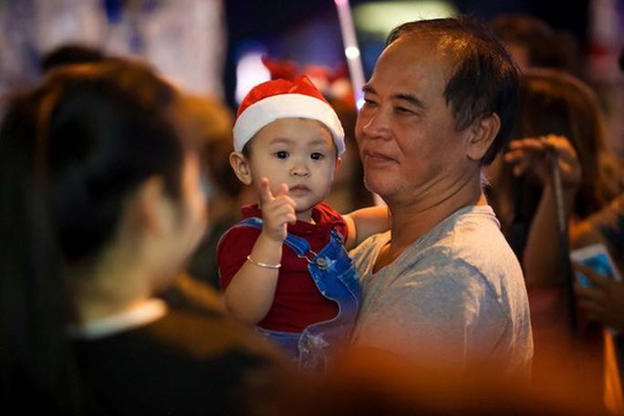Sài Gòn rực rỡ trong biển người đêm Giáng sinh - Ảnh 13.
