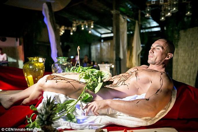 Món Happy Endings được phục vụ trên cơ thể người mẫu nam. Ảnh: CEN