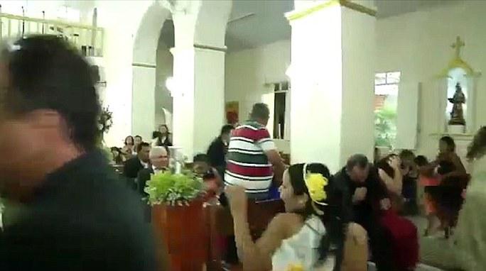 Những người có mặt tại nhà thờ hoảng loạn. Ảnh: Daily Mail