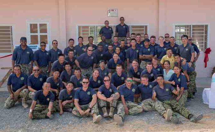 Thành viên Chương trình Đối tác Thái Bình Dương 2017 chụp ảnh chung tại lễ khánh thành Trường Mẫu giáo Hòa Liên, thành phố Đà Nẵng, trong khuôn khổ Chương trình Đối tác Thái Bình Dương 2017 - Ảnh: Hải quân Mỹ