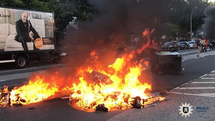 Đụng độ bạo lực phản đối G20 tại Đức, 76 cảnh sát bị thương - Ảnh 5.
