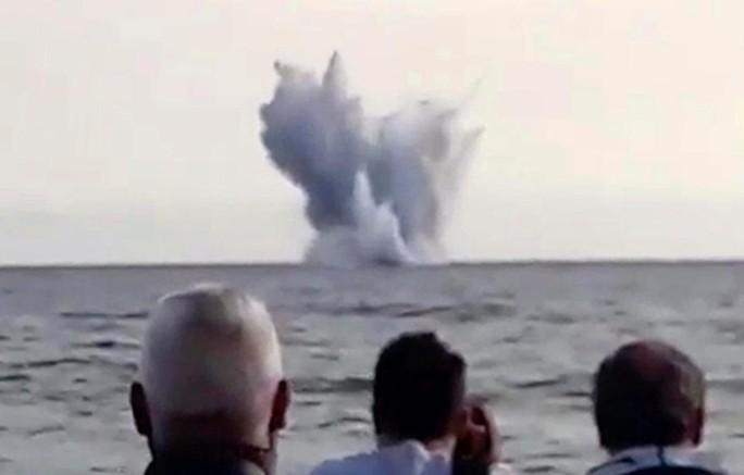 Hàng ngàn người sững sờ nhìn máy bay lao xuống biển - Ảnh 5.