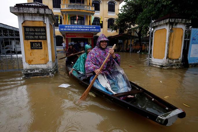 Hình ảnh lũ lụt miền Trung ngập tràn báo chí nước ngoài - Ảnh 5.