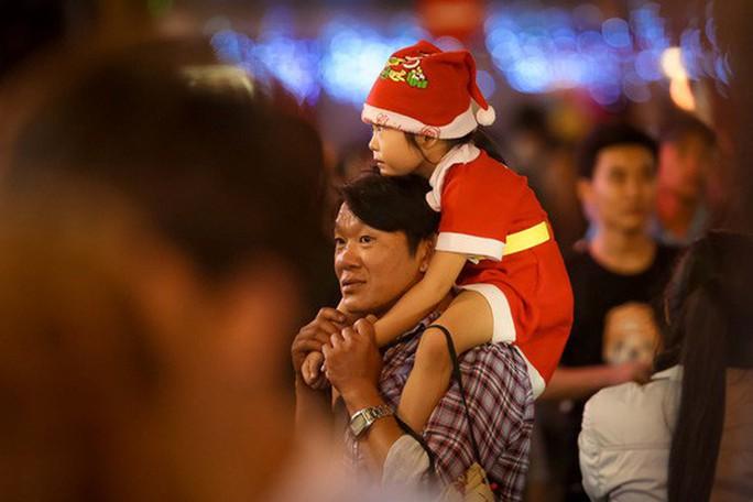 Sài Gòn rực rỡ trong biển người đêm Giáng sinh - Ảnh 14.