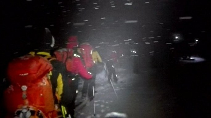 Nhân viên cứu hộ làm việc suốt đêm tìm kiếm người bị nạn. Ảnh: Daily Mail