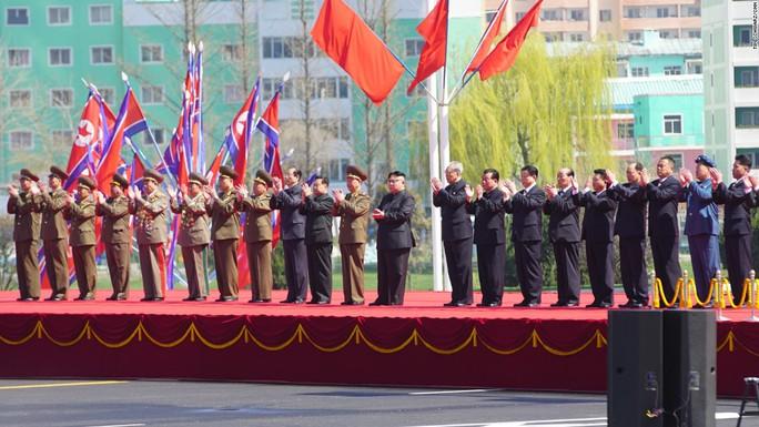 Các quan chức cấp cao và ông Kim Jong-un trên sân khấu. Ảnh: CNN