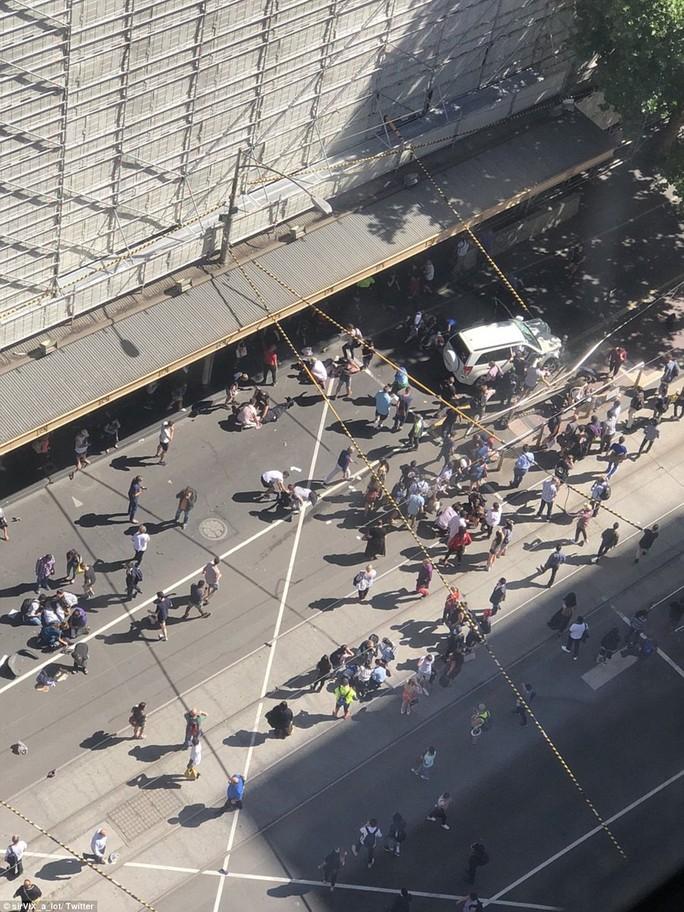 Nhiều người bị thương nằm trên đường. Ảnh: Twitter