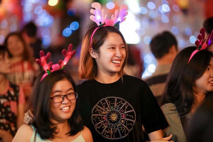Sài Gòn rực rỡ trong biển người đêm Giáng sinh - Ảnh 15.