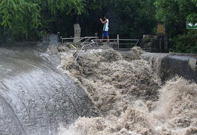 Bão vừa đổ bộ, người dân Philippines ngụp lặn trong nước lũ - Ảnh 7.