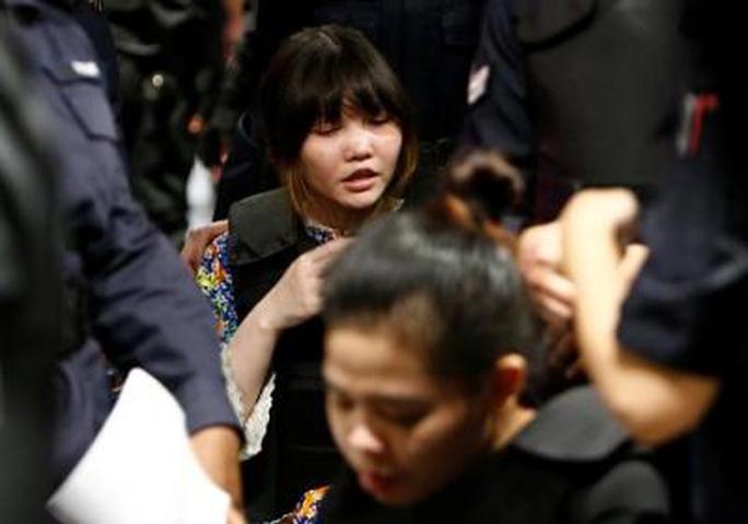 Đoàn Thị Hương sau đó cũng được cho ngồi trên xe lăn. Ảnh: Reuters