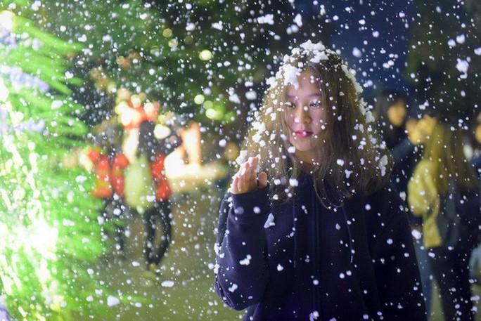 Bạn trẻ thích thú với tuyết rơi giữa Hà Nội - Ảnh 7.