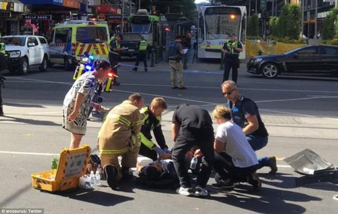 Một người bị thương được cấp cứu ngay trên đường. Ảnh: Twitter