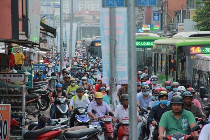 Người dân ùn ùn rời Sài Gòn, về quê nghỉ Tết Dương lịch - Ảnh 7.