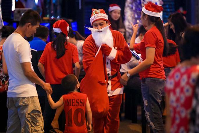 Sài Gòn rực rỡ trong biển người đêm Giáng sinh - Ảnh 17.