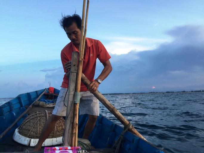 Nín thở theo bạn thuyền săn mực trên biển miền Trung - Ảnh 3.