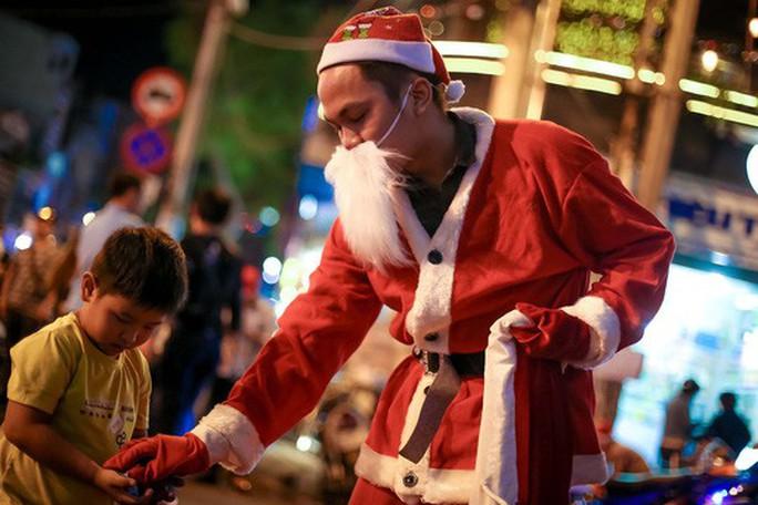 Sài Gòn rực rỡ trong biển người đêm Giáng sinh - Ảnh 18.