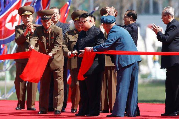Lãnh đạo Kim Jong-un cắt băng khánh thành. Ảnh: Reuters